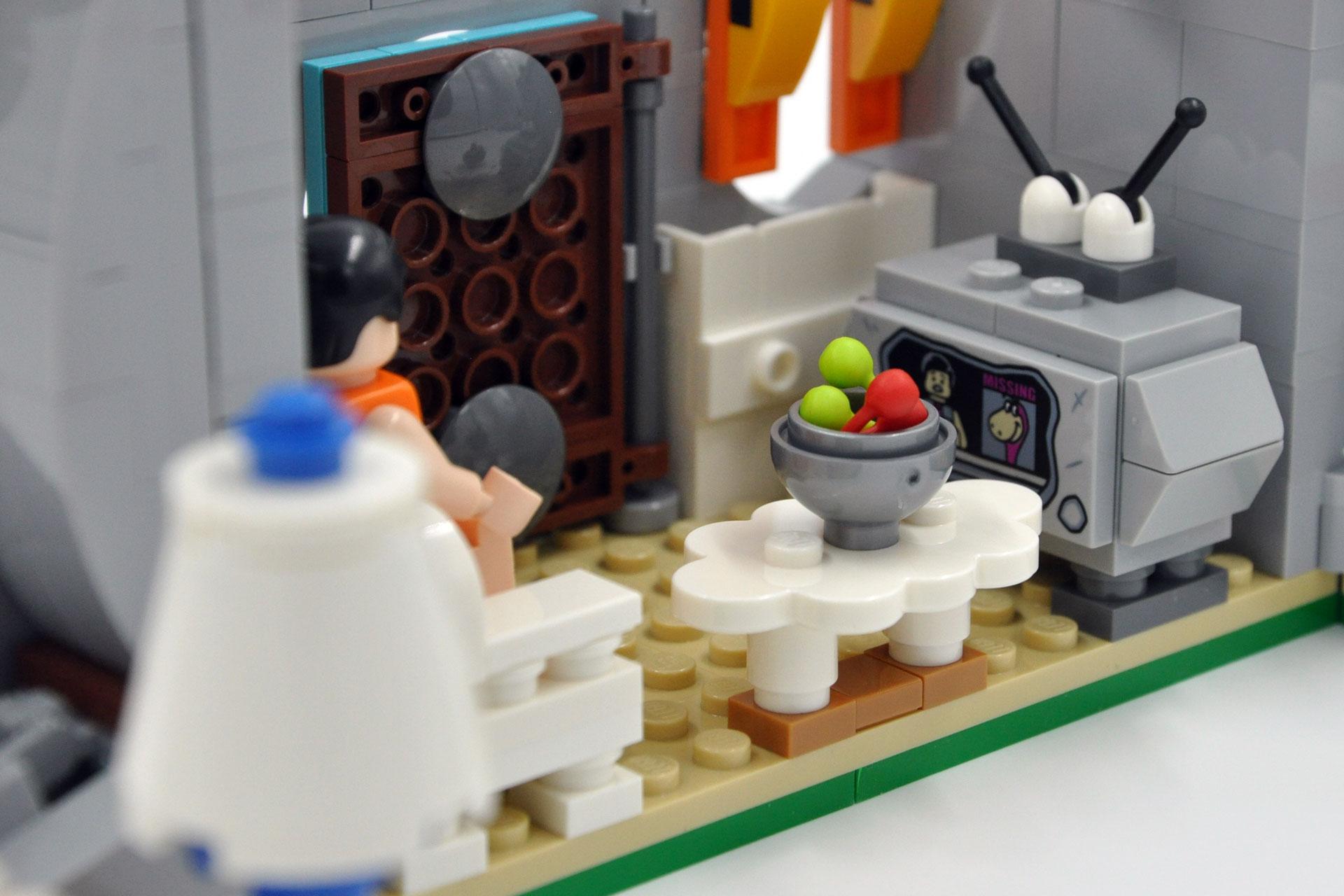 LEGO 21316 The Flintstones - Fred vor dem TV
